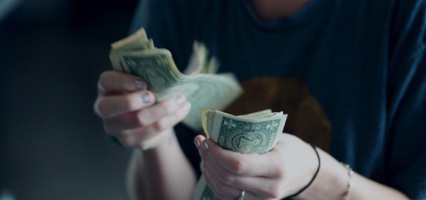 Una persona que cuenta dinero.