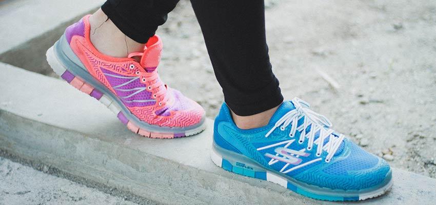 Una persona con dos zapatos de diferentes colores.