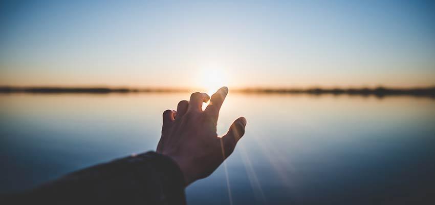 Una mano hacia el sol.